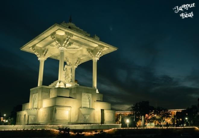 statue-circle-night